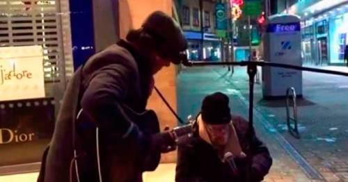 Músico callejero accede para que un vagabundo cante con él, su voz impacta a..
