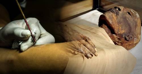 Encuentran una momia de 3 mil años de antigüedad con tatuajes