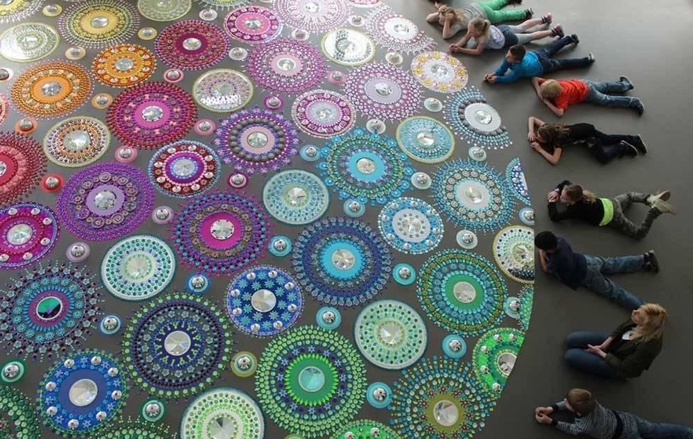 Una artista crea mandalas deslumbrantes ¡debajo de tus pies!