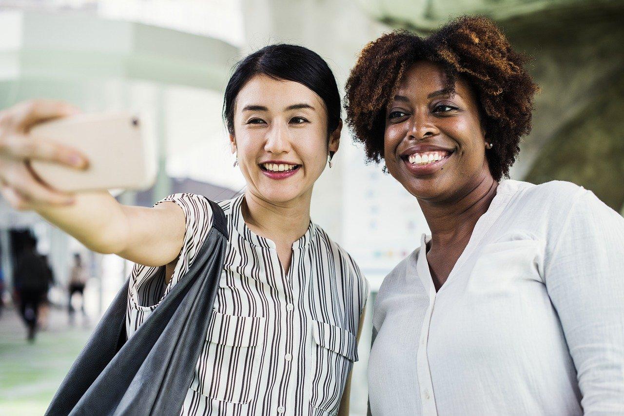 Relacionarse con otras personas ayuda a pasar el tiempo en el aeropuerto