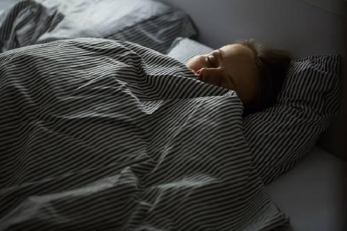 10 maneras de bajar de peso mientras duermes