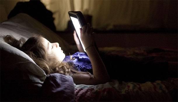 Esto es lo que pasa al dormir con el móvil encendido