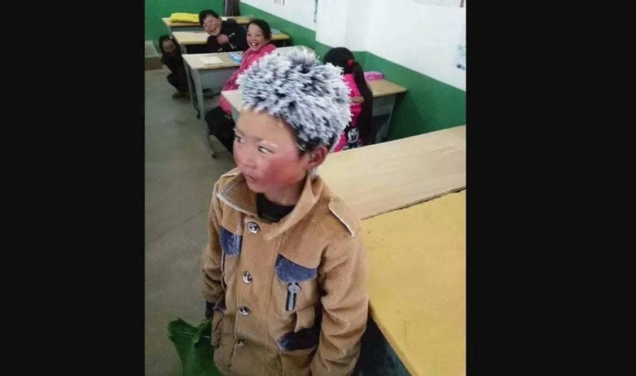 Este niño llegó a la escuela con la cabeza congelada, el maestro lo ve de ce..