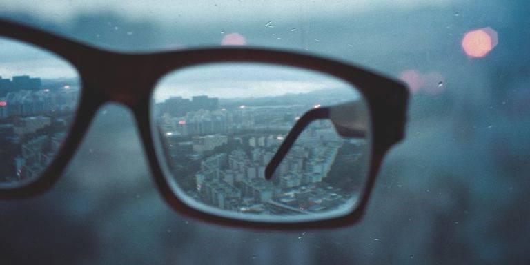 4 formas en las que estás dañando tus ojos sin saberlo