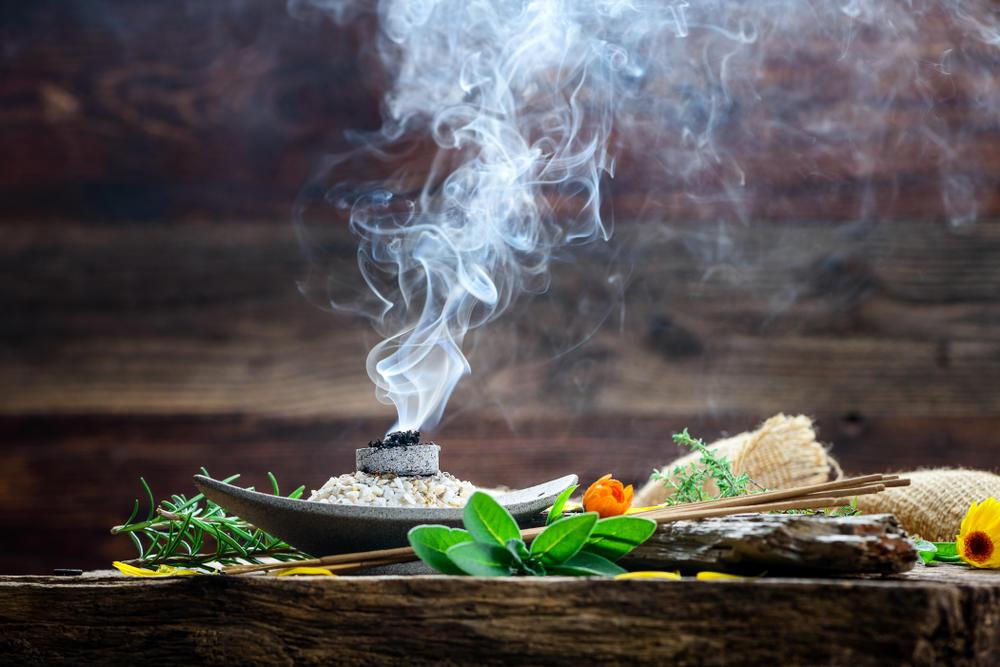 10 hierbas para sahumar el hogar y eliminar las malas vibras