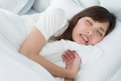 Dormir con un diente de ajo bajo tu cama puede mejorar tu vida y te traerá