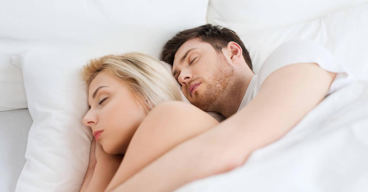 ¿Cuál es el significado de dormir en cucharita con tu pareja?
