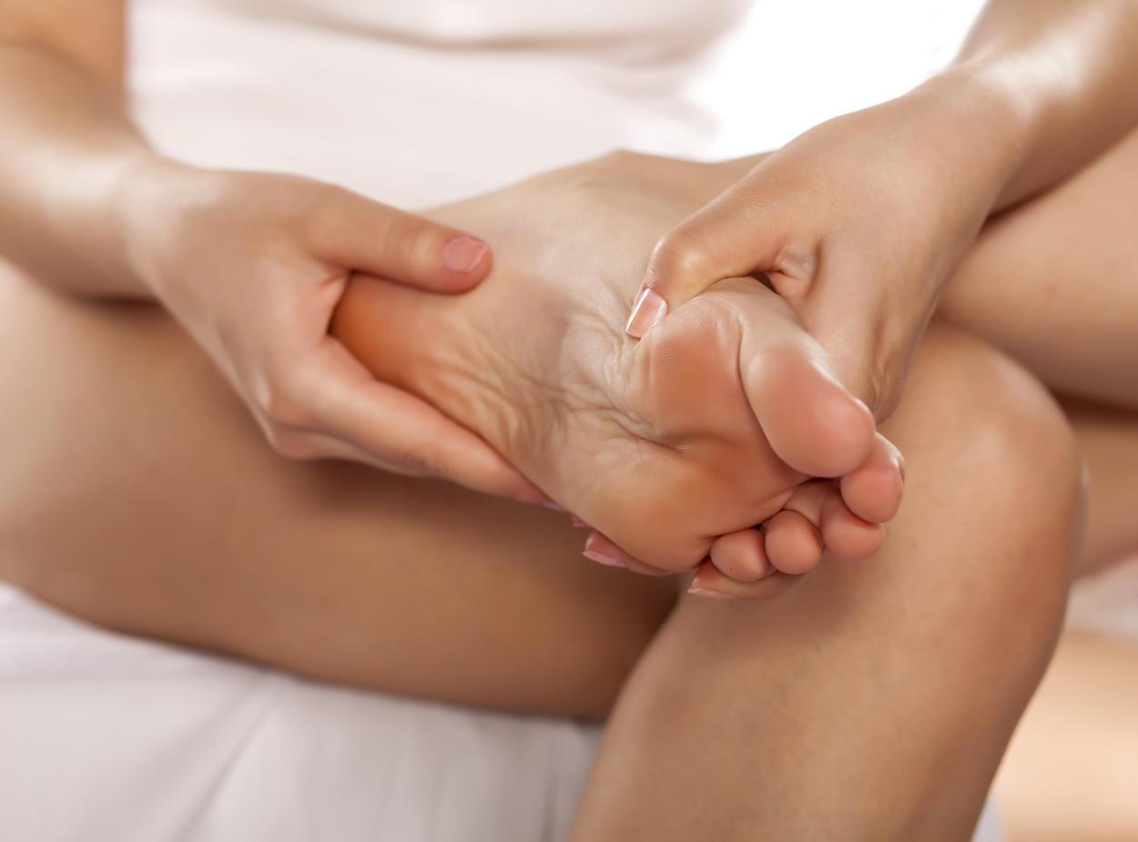 Esta es la razón por la que debes masajear tus pies antes de dormir