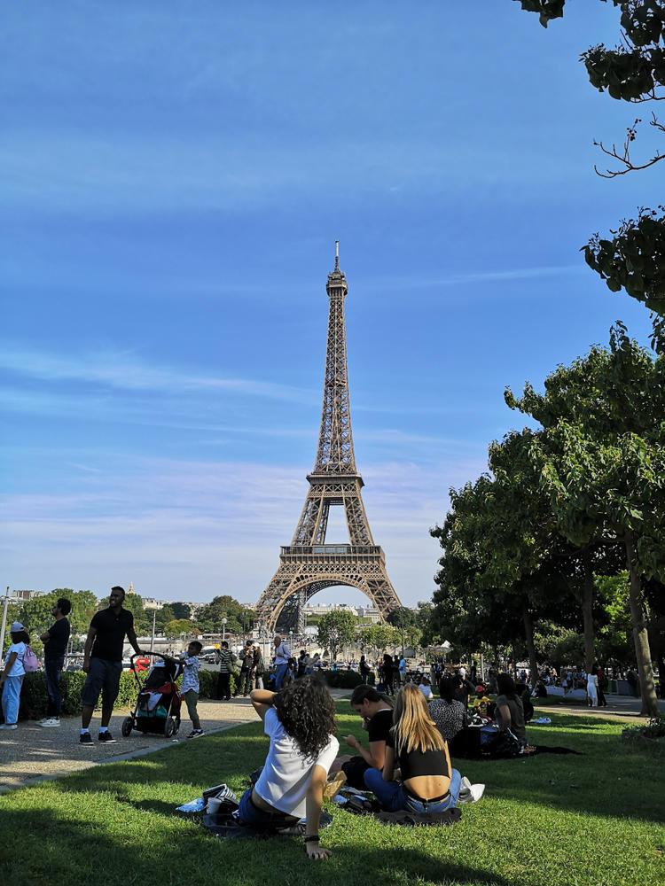 Muchos turistas alrededor de la torre Eiffel