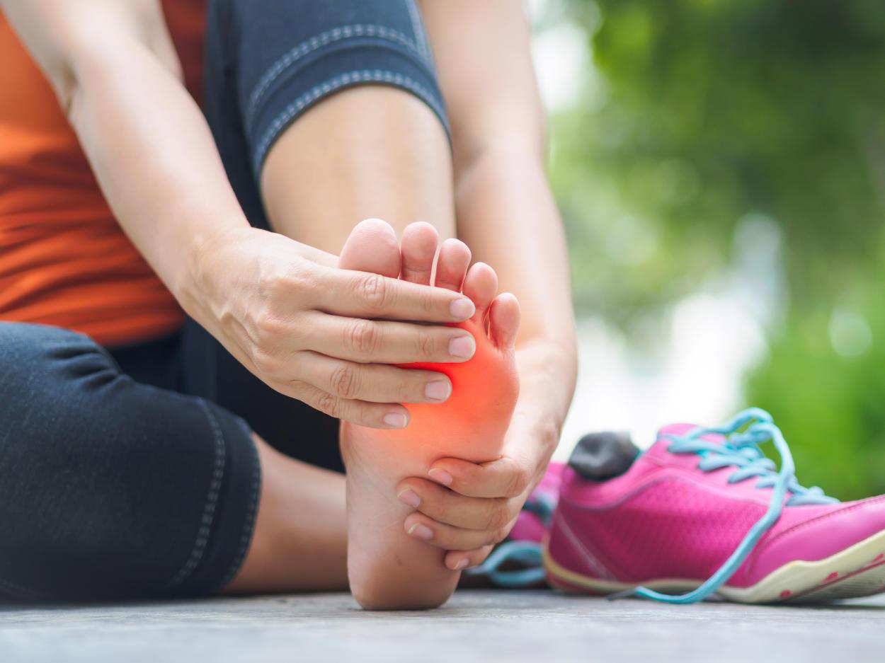 Cura el dolor de rodillas, cadera y pies en 5 minutos con estos ejercicios