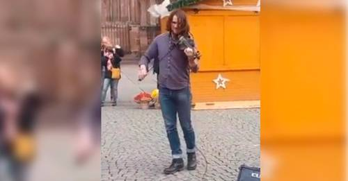 Artista callejero toca el violín de una manera sublime, todos los que lo escu..