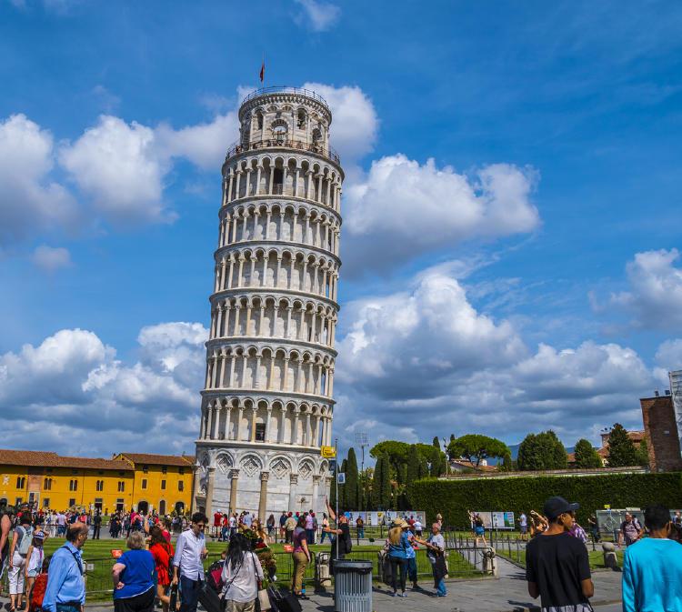 Turistas alrededor de la Torre de Pisa tratando de tomarse una foto