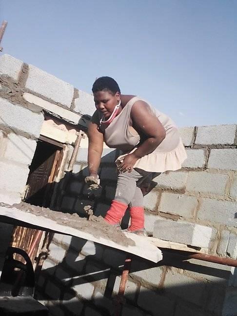 Esta ingeniera sudafricana construye su casa con sus propias manos