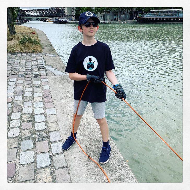 Niño de 10 años limpia el río Sena con imanes