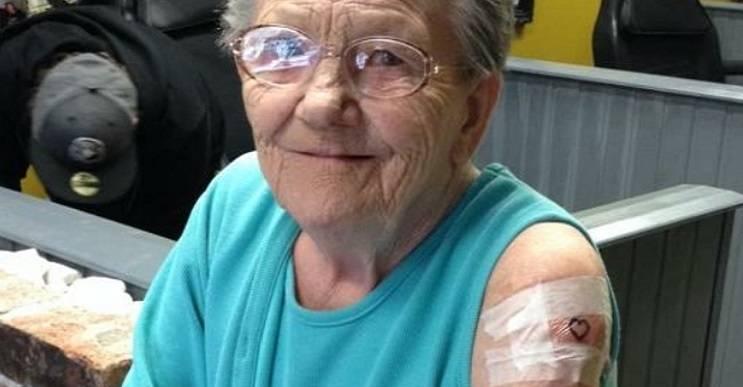 Abuela huye de asilo para hacerse su primer tatuaje