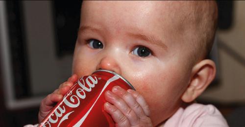 Los médicos están pidiendo a los padres que no les den coca-cola a sus hijos..
