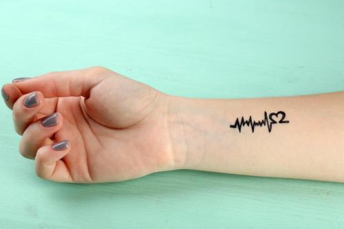 Tatuajes minimalistas y delicados en las manos para chicas