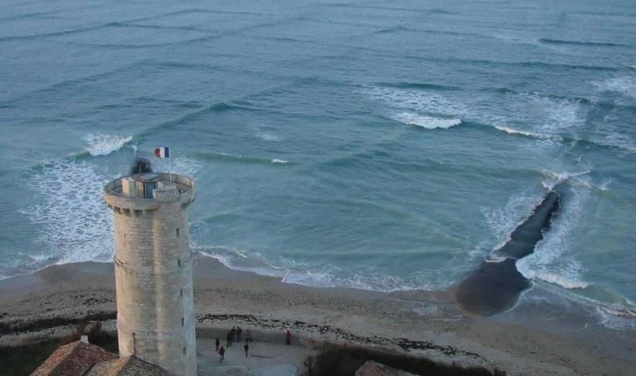 Joven toma fotos de extrañas olas cuadradas, segundos después se da cuenta d..
