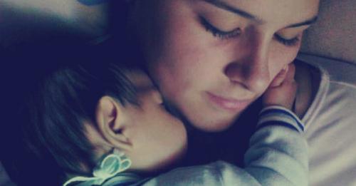Por estas razones se recomienda que los bebés duerman en la cama con su madre..