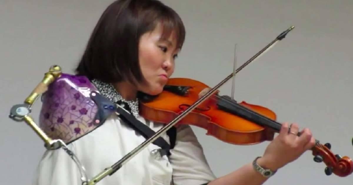 Con tan solo un brazo el talento de esta joven violinista sorprende al mundo e..