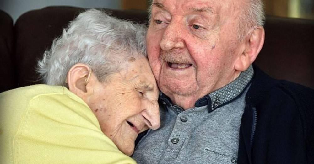 Una mujer de 98 años se mudó a un geriátrico para cuidar a su hijo de 80