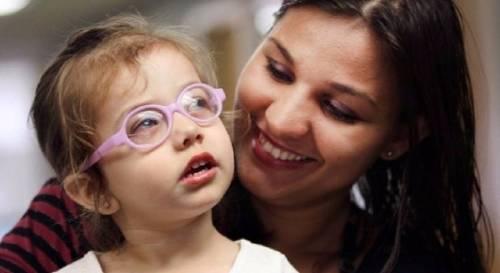 Momento en el que una niña ciega ve por primera vez a su madre