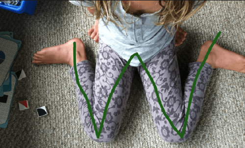 Si ves a tus hijos sentados de esta forma, detenles inmediatamente.