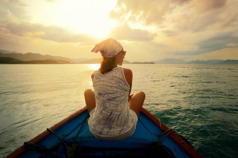 Por esta razón las mujeres viajan solas mucho más que los hombres