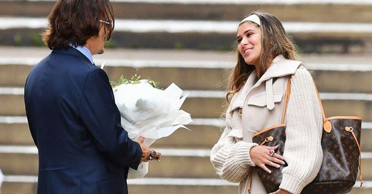 Fan espera a Johnny Depp para regalarle flores afuera de la corte