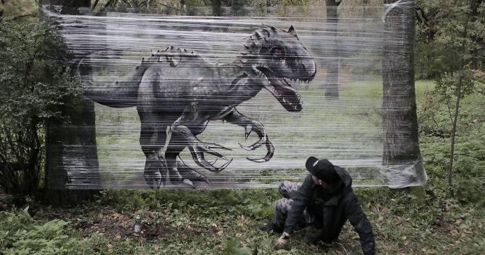 Artista pinta animales con spray sobre plástico en el bosque - lucen super re..
