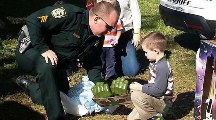 Nadie asistió a la fiesta de este pequeño niño con autismo así que su madr..