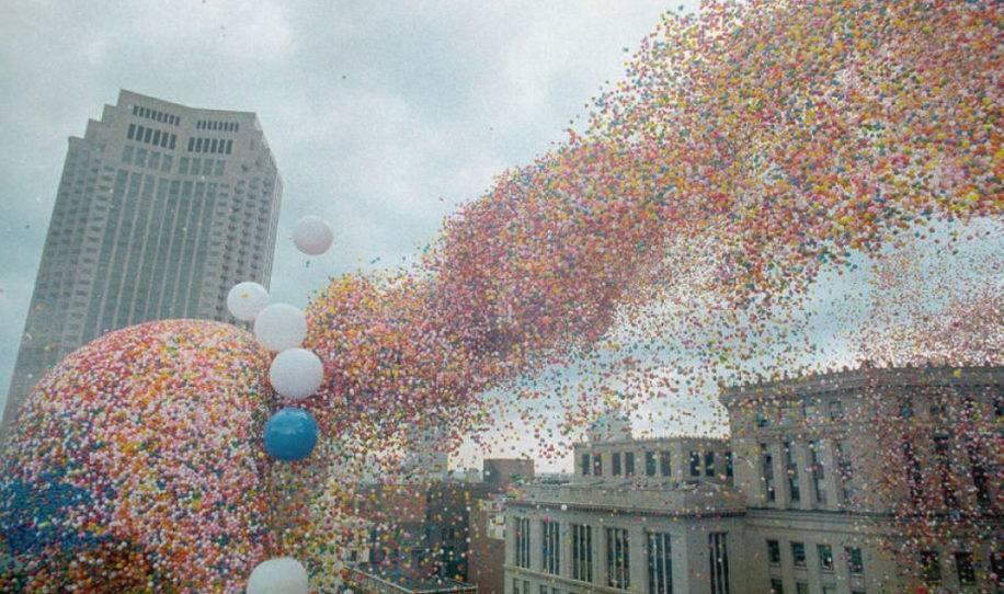 Esto es lo que sucede cuando se sueltan un millón de globos al mismo tiempo