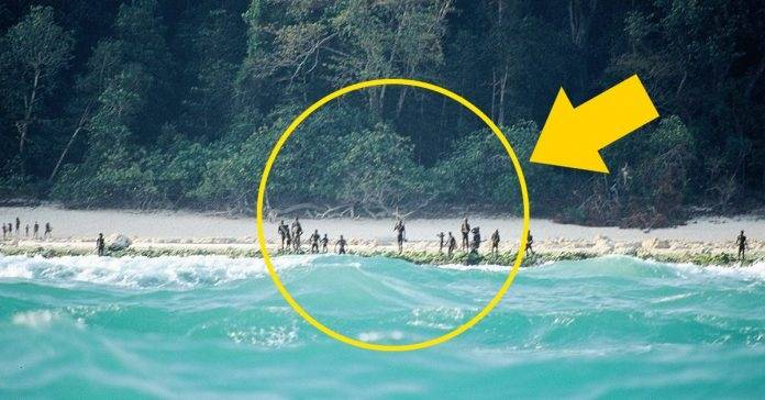 Esta isla tiene habitantes bastante primitivos, los cuales rechazan todo conta..