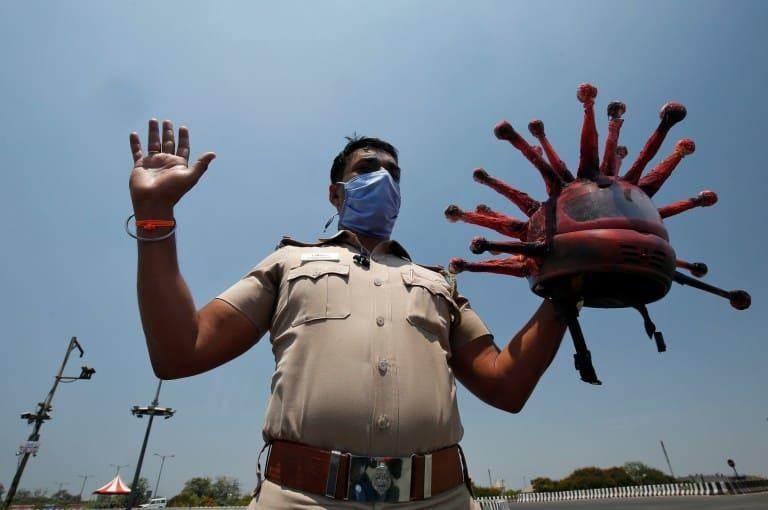 Policía usa casco de coronavirus para que las personas se queden en casa